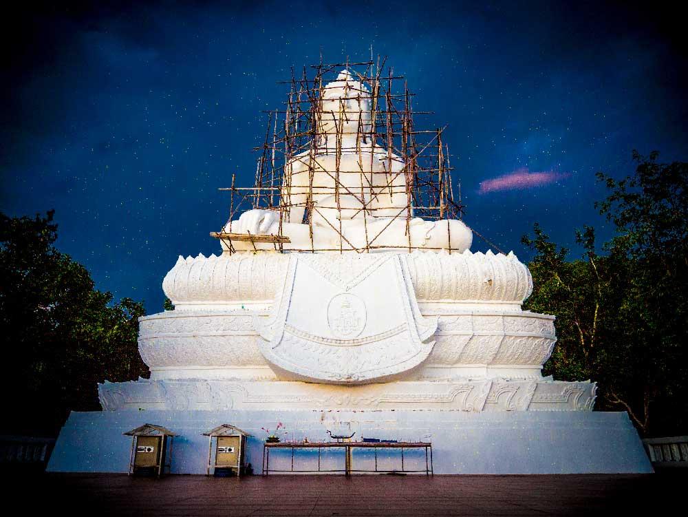 Gedicht-Vipassana: Statue eines einer weissen Buddha Statue, welche restauriert wird.
