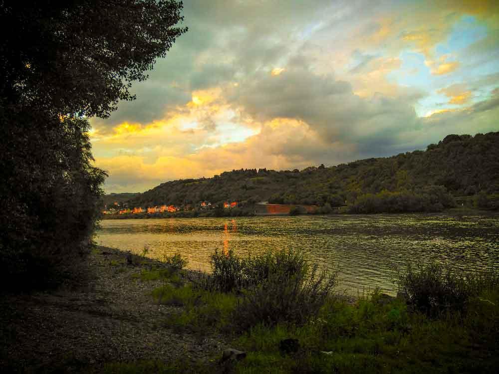 Selbstbestimmtes-Fahrradabenteuer: Sonnenuntergang am Rhein.