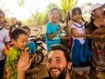 Weltreise-Poesie-Ueber-Mich: Als ich ein Dorf in Laos bereiste, war ich der einzige Ausländer dort. Dementsprechend war ich die Atraktion und die Kinder waren sehr angetan von mir.